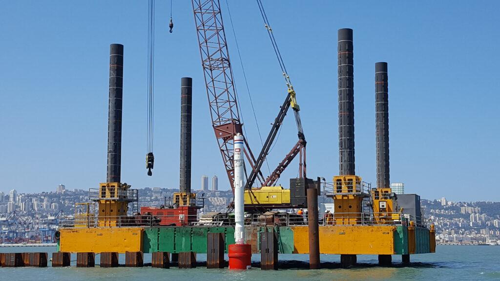 Combifloat C7 jack up with crane on IHC piling scope